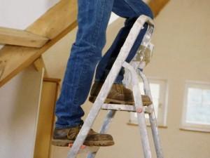 Различие между стремянкой и лестницей